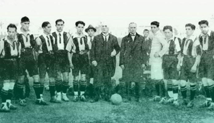 Arturo Fernández Vial con futbolistas al inicio del club que luego adoptó su nombre