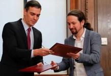 Pedro Sánchez y Pablo Iglesias intercambian los documentos del acuerdo de gobierno entre ambas formaciones políticas