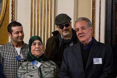 A la derecha, Ahmed, el padre de Nasser Zafzafi, detrás el periodista Ali Lmrabet.
