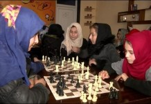 Jóvenes afganas ante el tablero en un club en Sibargan