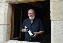 Cuerda con una botella de su vino San Clodio
