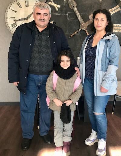 Afgan Mukhtarli con su hija Nuray y su esposa, la periodista Leyla Mustafayeva, en Alemania.