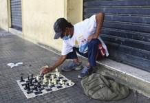 Luis Ángel Carcamo juega contra si mismo al ajedrez en las calles vacías por la pandemia en San Salvador