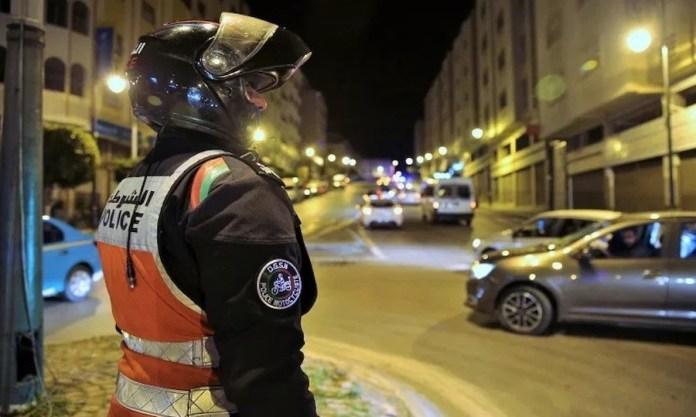 Un policía marroquí vigila el toque de queda nocturno