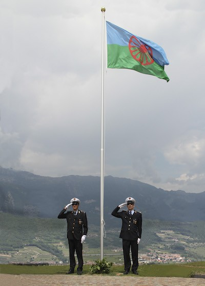 Rovereto, Italia, bandera gitana custodiada por carabineros