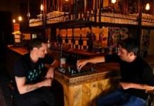 Steve Pon y Dom Townsend confinados en el pub