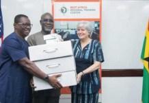 Captura de pantalla del sitio web de la Embajada de Estados Unidos en Ghana, que muestra a la embajadora Stephanie Sullivan (D), donando tecnología al director ejecutivo de la Oficina de Crimen Organizado y Económico, Frank Adu-Poku (C), y Jacob Puplampu (I), durante una sesión de capacitación sobre investigación en la web oscura, en Acra, en mayo de 2019. © CPJ