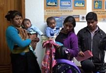 Dos madres con sus pequeños hijos en un centro materno de Chiapas. Foto: Chiapas Paralelo