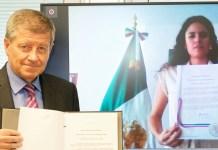 ILO/Marcel Crozet: El director general de la OIT y la Secretaria de Trabajo y Seguridad Social de México sostienen el Convenio 189 para proteger a los trabajadores domésticos
