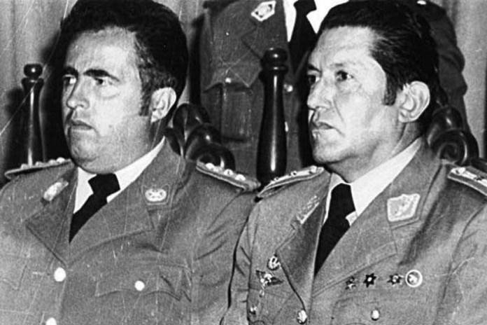 Luis Arce Gómez, a la izquierda junto al dictador Luis García Meza