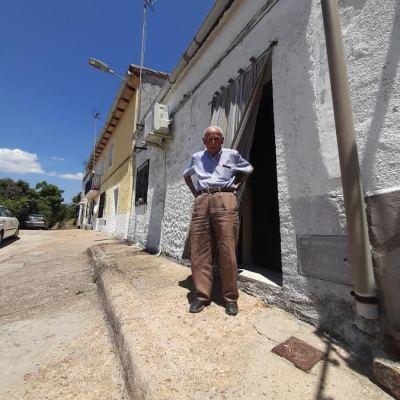 Juan Cuenca, a la puerta de su casa.