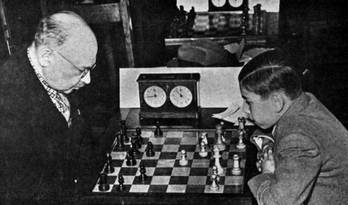 Tartakower juega con Arturo Pomar en Londres, 1946