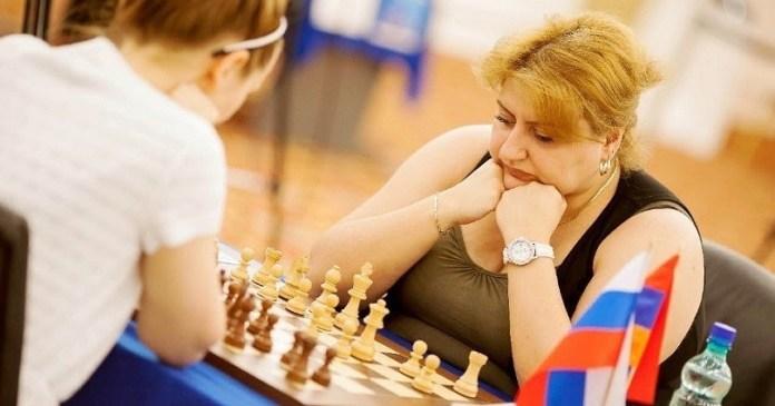 La jugadora armenia Elina Danielian ante el tablero