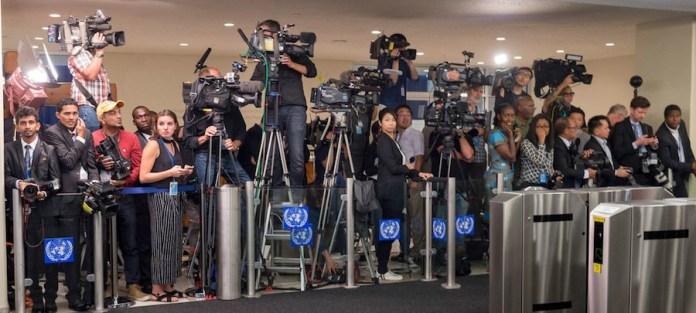 ONU/Rick Bajornas: Periodistas en el punto de directo a la llegada de las delegaciones para el debate de la Asamblea General en septiembre de 2017