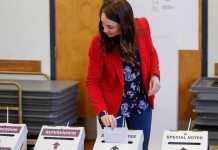 Jacinta Ardern vota en el referendum sobre la eutanasia y la marihuana