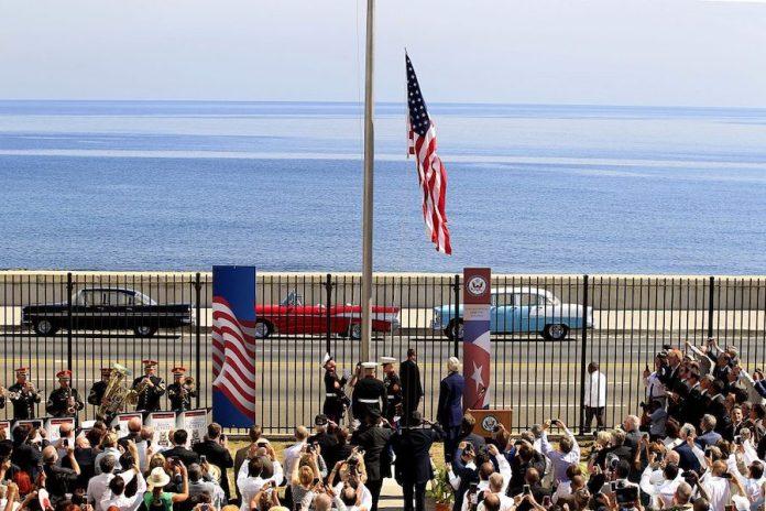 Ceremonia de inauguración de la embajada de Estados Unidos en la capital cubana, frente al malecón, con la presencia del entonces secretario de estado John Kerry, el 14 de agosto de 2015, en lo que representó uno de los hitos del breve periodo de deshielo entre La Habana y Washington. Foto: Jorge Luis Baños / IPS