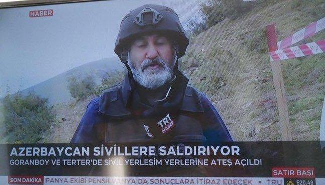 El enviado de TRT en la guerra, Mehmet Karaca, informando bajo el titular en turco 'Azerbaiyán ataca civiles'