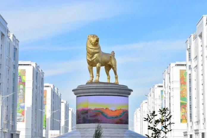 Turkménistan estatua en oro de un alabai