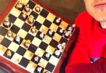 Paulo Dybala, al lado un tablero de ajedrez
