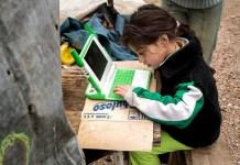 PNUD, Pablo La Ros: una niña estudiando con una computadora portátil proporcionada por la Fundación OLPC (una computadora portátil por niño). Montevideo, Uruguay