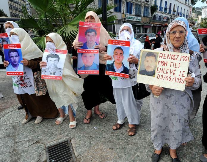 Familiares de desaparecidos manifestándose en Argel