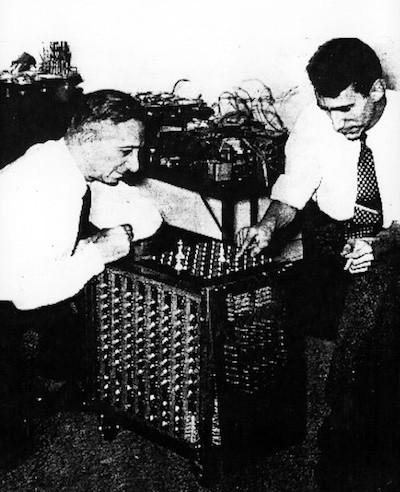 El profesor Claude E. Shannon presenta su computadora ajedrecística al gran maestro Edward Lasker