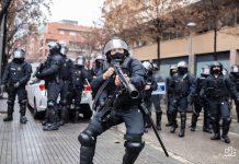 Momento en que el agente de los Mossos se acerca a Joan Gálvez para dispararle a metro y medio de distancia