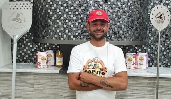 Daniel Gio ante su pizzería en Nápoles