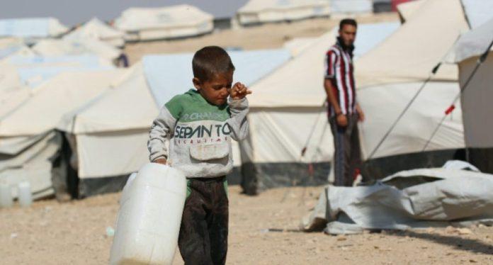 UNICEF/Souliman: Un niño de cinco años porta un bidón de agua vacío en el campamento de Al-hol, en el noreste de Siria.
