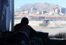 Una joven mira hacia uno de los pasos fronterizos entre México y Estados Unidos desde un albergue en Ciudad Juárez, en enero de este año. Foto: Rey Jáuregui / IPS