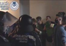 La policía municipal de Madrid interviene para desmantelar fiestas ilegales en pisos turísticos alquilados por jóvenes franceses