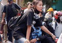 Kyal Sin momentos antes de ser abatida por la policía