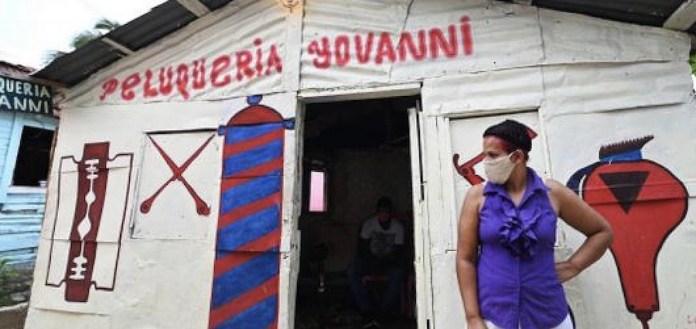 La peluquera dominicana Julissa Álvarez, 44, casada, seis hijos, perdió su clientela y fuente de ingresos a causa de la covid-19, que ha incrementado la pobreza y la desigualdad preexistentes en América Latina y el Caribe, según Amnistía Internacional. Foto: Valerie Caamaño/Oxfam