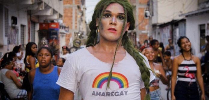 Activistas contra la homofobia y otras formas de discriminación en la favela brasileña de Maré, Río de Janeiro, Hay un juego de palabras en la camiseta para significar que el amor y Maré son gais. Foto: Matheus Affonso/ONU