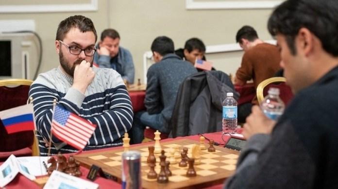 El ruso Mijail Antipov ante el estadounidense Hikaru Nakamura juegan en el torneo de la isla de Man en 2018