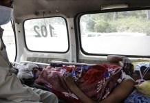 UNICEF/Amarjeet Singh Un paciente de COVID-19 en Nueva Delhi, India, esperando en una ambulancia a que se libere una cama en el hospital
