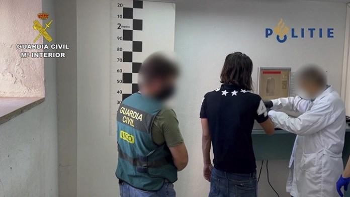 Agentes de la UCO toman las huellas dactilares de JHS