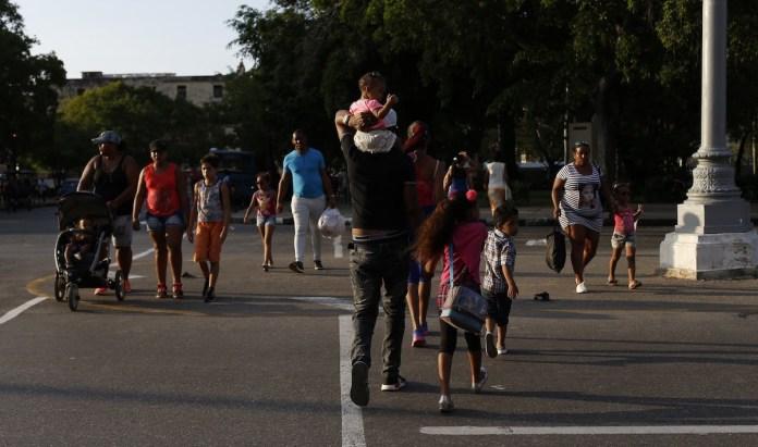 Grupos familiares pasean por una calle en la Habana Vieja © JL Baños IPS