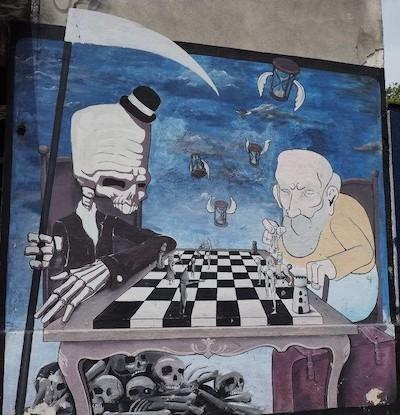 Imagen callejera en Montevideo: la muerte juega al ajedrez