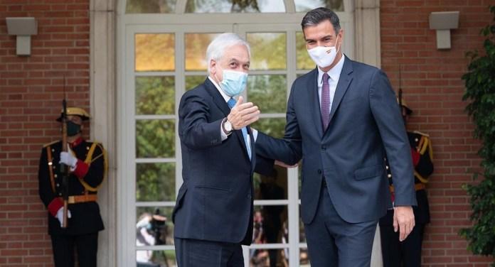 El presidente del Gobierno de España, Pedro Sánchez, recibe al presidente de la República de Chile, Sebastián Piñera, en el Complejo de la Moncloa.