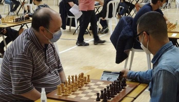 Arian González, a la derecha, antes de iniciar una partida durante el torneo