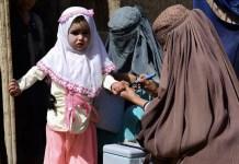 UNICEF, Frank Dejongh: Una niña recibe la vacuna contra la poliomielitis en Kandahar, en el sur del Afganistán