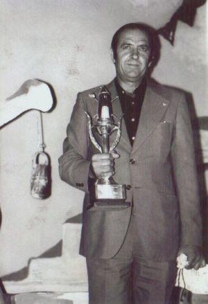 Pencho Cros con su tercera Lámpara Minera