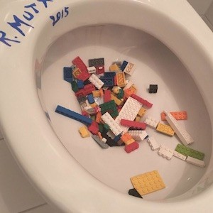 Ai Weiwei tira piezas de Lego al inodoro