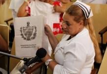 La enfermera Alina Morales participa en un debate del proyecto de la nueva Constitución cubana, en la policlínica Nguyen Van Troi, en el municipio Centro Habana, que es parte de la capital del país. Crédito: Jorge Luis Baños/IPS