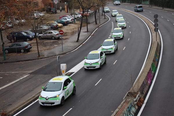 Caravana de vehículos de Renault Zity Madrid marcados por Amnistía Internacional