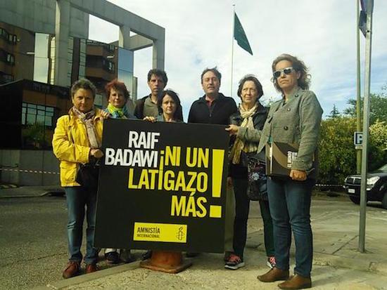 Miembros de Amnistía Internacional reclaman ante la embajada de Arabia Saudí en Madrid la liberación del bloguero Raif Badawi con motivo del aniversario de su condena © AI.