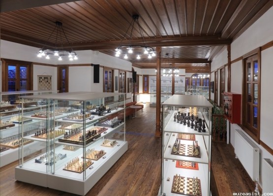 Sala del Museo del Ajedrez de Ankara con numerosos tableros.