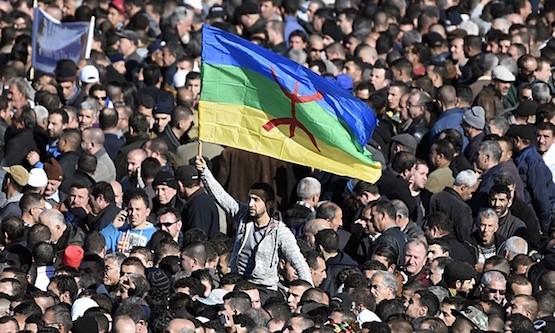 Un manifestante iza la bandera amazigh en un pasado acto en Argelia.
