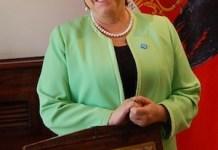 La presidenta de Chile, Michelle Bachelet, durante la entrevista exclusiva con IPS, en el Salón Azul del Palacio de la Moneda, sede de la Presidencia, en Santiago, antes de viajar a París para participar el 30 de noviembre en la inauguración de la crucial cumbre climática mundial, que hospedará la capital francesa hasta el 11 de diciembre. Crédito: Marianela Jarroud/IPS